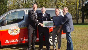 Ein Scheck für das Brandschutzerziehungsteam Potsdam-Mittelmark