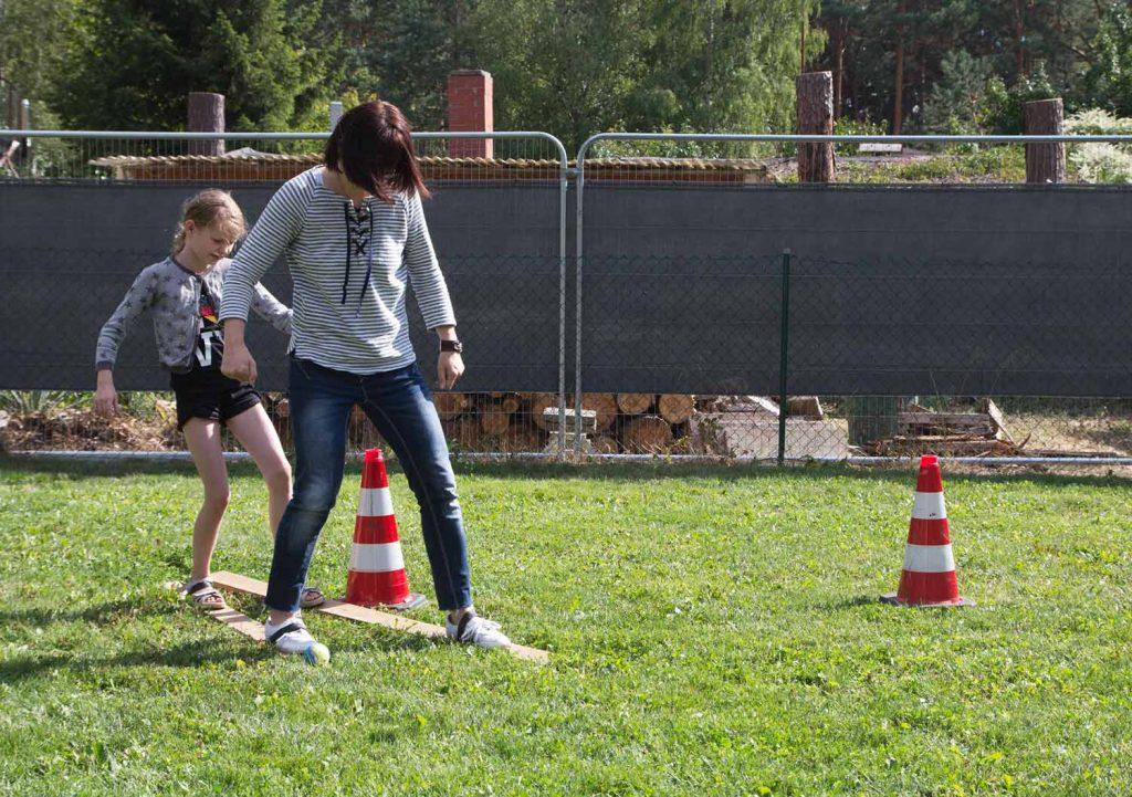Waldolympiade: Doppelski mit Ball