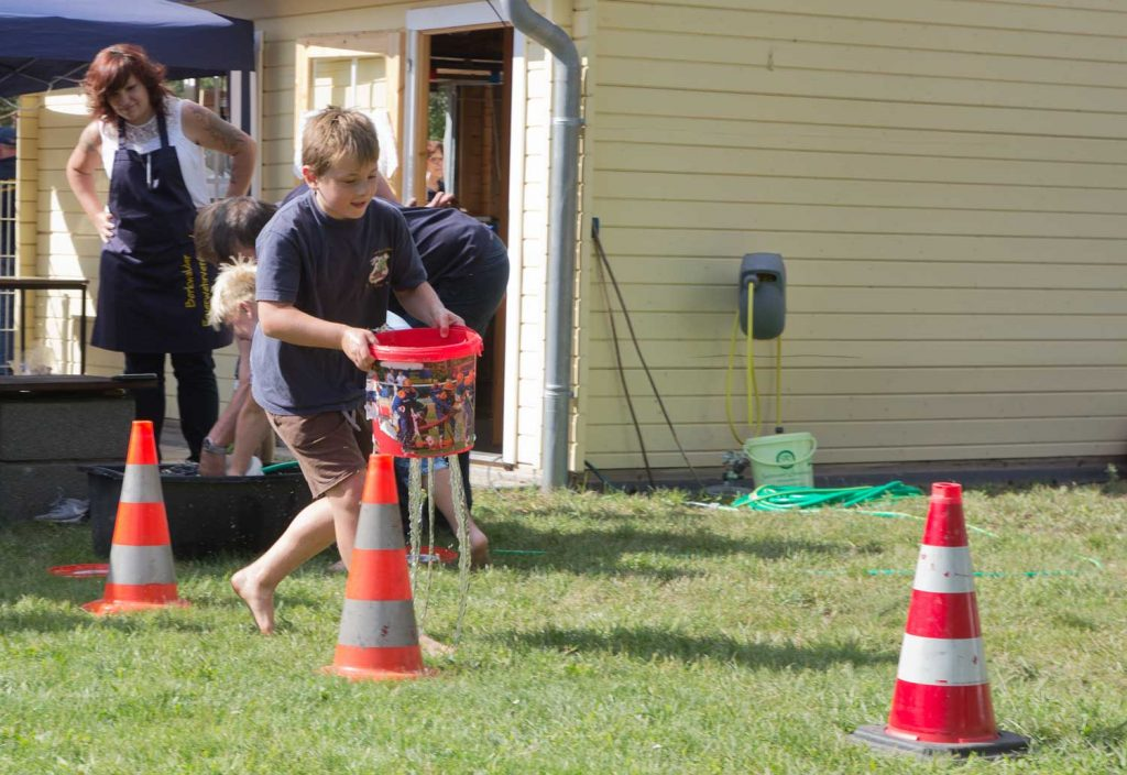 Waldolympiade: Wasser im Sieb tragen