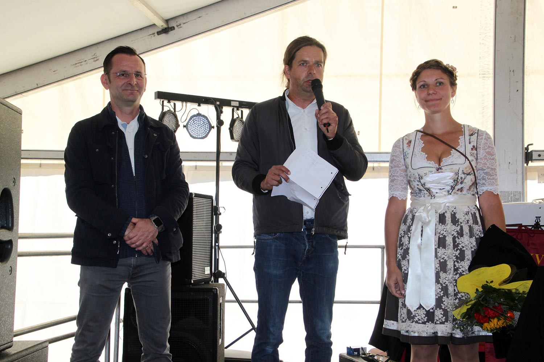Amtsdirektor Marko Köhler, Bürgermeister Matthias Schimanowaski und Erntekönigin Julia Koepernick beim Erntefest