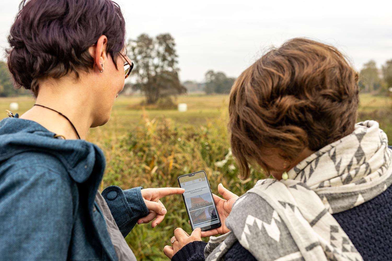 Besucher-nutzen-unterwegs-die-Onlineangebote-in-der-Reiseregion-Flaeming-(c)-Stefan-Specht