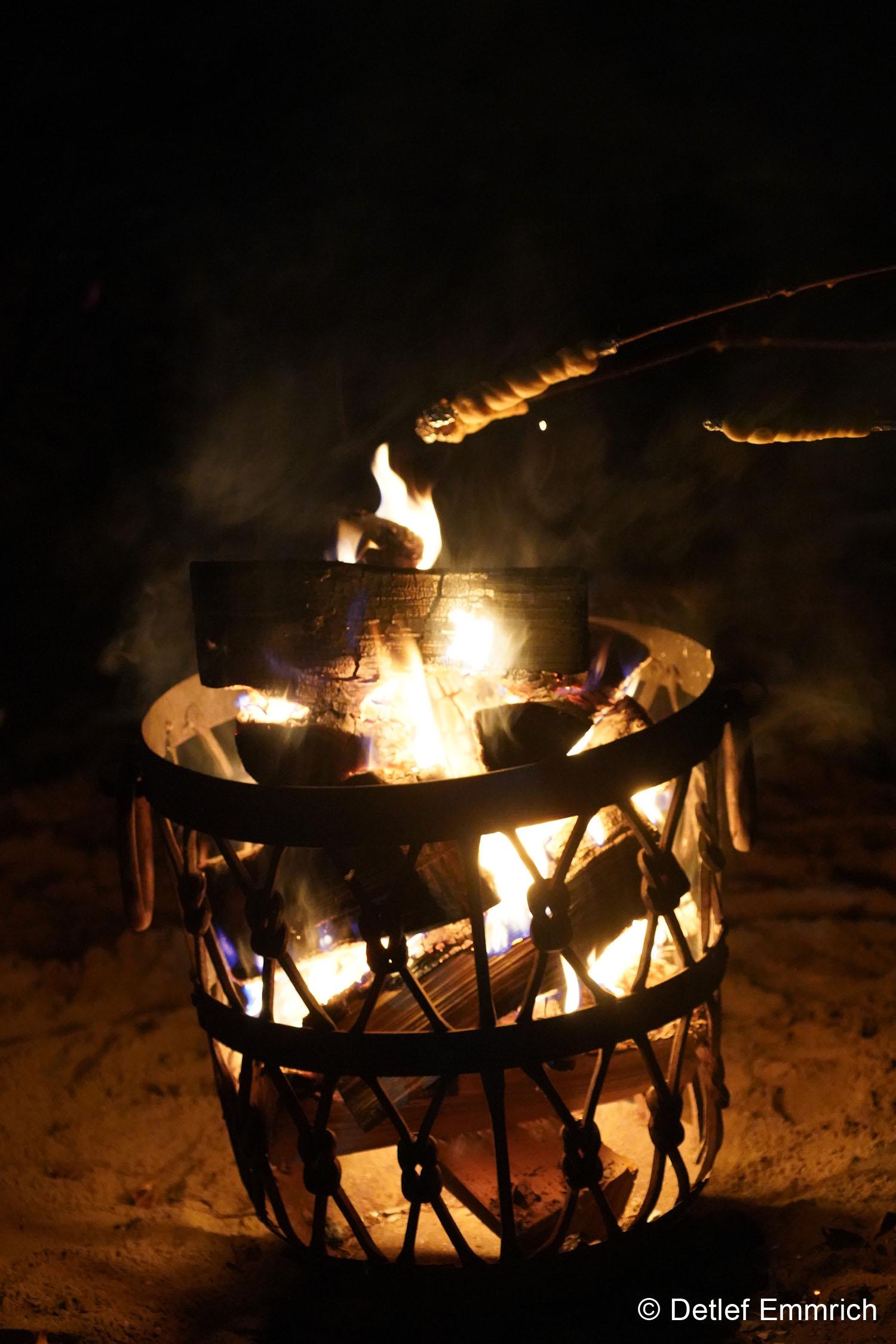 Stockbrote über dem Feuer