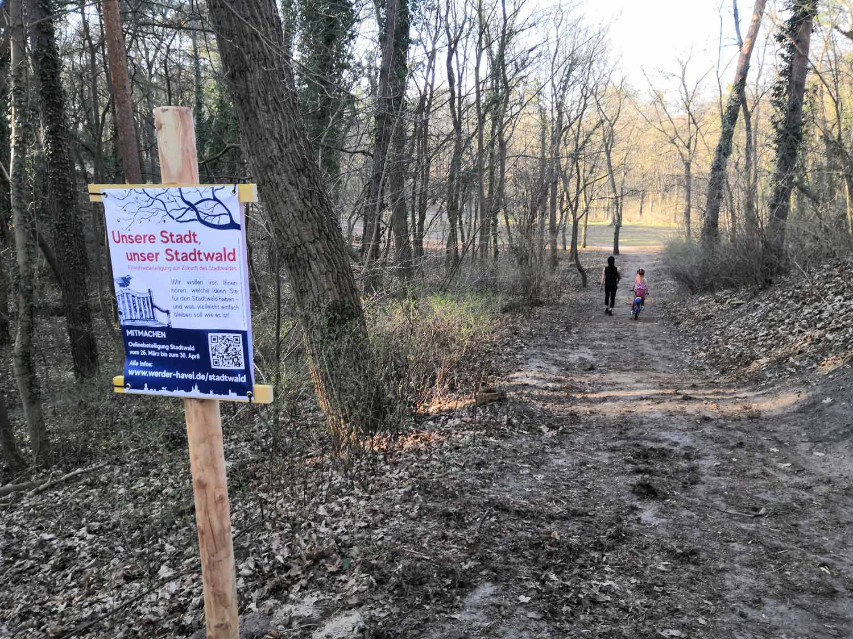 Mit-Transparenten-ist-im-Stadtwald-für-das-Verfahren-geworben-worden.-Foto-hkx