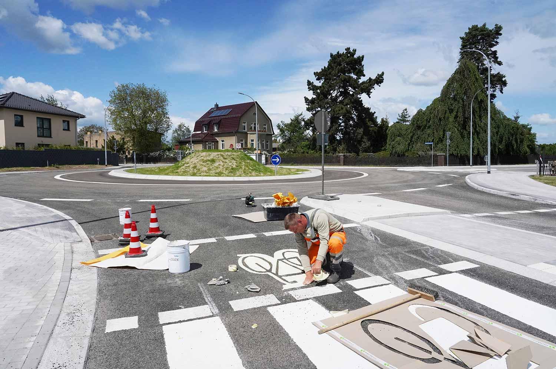 Restarbeiten-am-Freitagnachmittag-am-neuen-Glindower-Kreisel_Foto_hkx