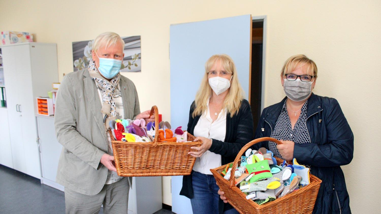 Beelitz, Bürgermeister Bernhard Knuth, die Beelitzer Schulleiterin Anja Chrzanowksi und Antje Lempke aus dem Hauptamt im Rathaus